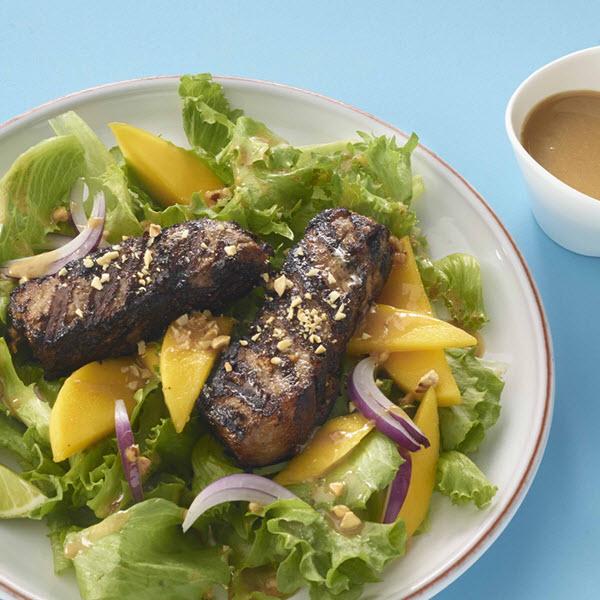 Salade au boeuf et à la mangue avec vinaigrette au beurre de cacahuètes SKIPPY®